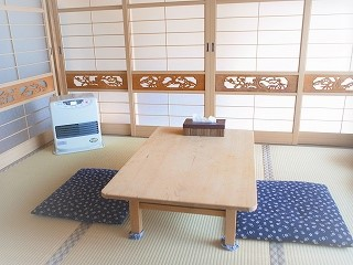 蓬庵の待合室、和室の木の温もりを感じる空間です、癒されますよ。ママやパパに大好評です。