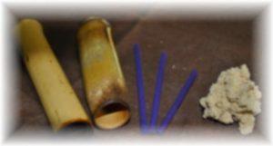 お灸に使うもぐさ、選考と深谷灸の竹筒です。