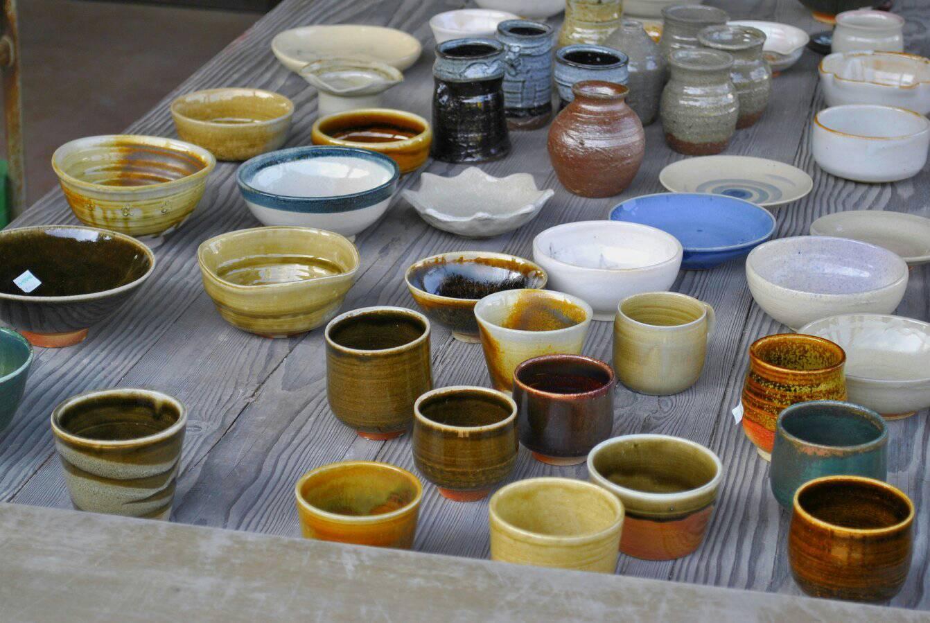 陶芸体験の写真 並べられた陶芸の作品