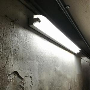 吉野口駅の地下通路の電灯の写真