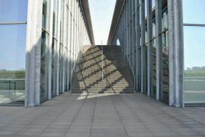 兵庫県立美術館 風のデッキへいく階段の写真 安藤忠雄