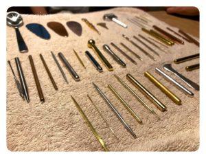 素材は真鍮、銅、ステンレス、亜鉛、銀、金、チタン、金メッキなどの鍼があります